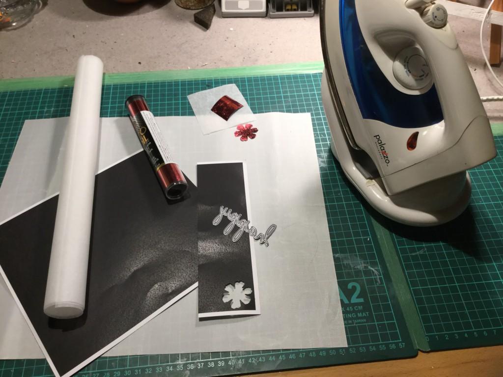 Du skal bruge 1 strygejern, thermoweb folie, bagepapir samt et stykke karton som er printet sort i en LASERprinter